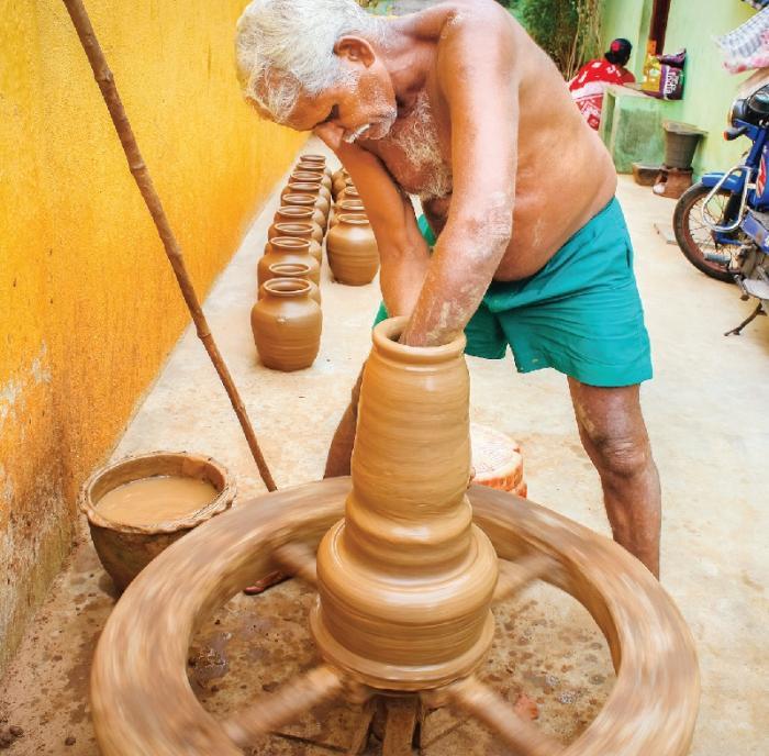 சுற்றும் சக்கரத்தில் வளரும் பானை