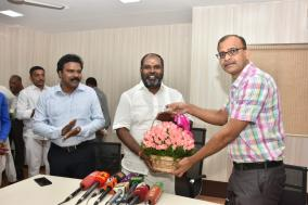 revenue-minister-rb-udayakumar-meeting-with-eservice-officers