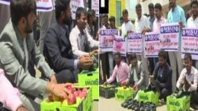 karnataka-nsui-members-polish-shoes-sell-fruits-in-protest-over-unemployment