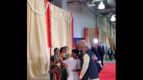 pm-modi-and-trump-stopped-for-a-selfie-with-a-boy