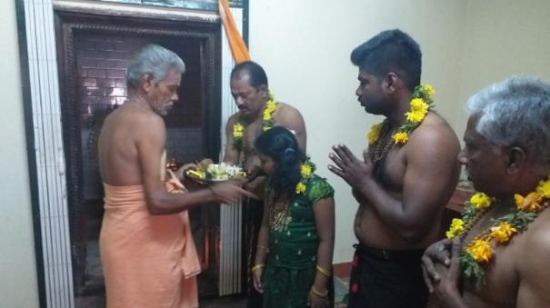 sabarimalai-devotees-begin-to-wear-holy-beads