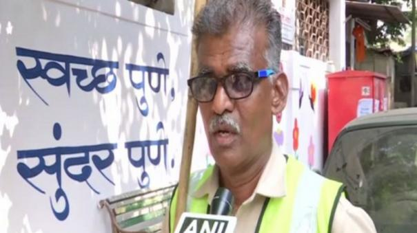 pune-sanitation-worker-spreads-awareness-on-cleanliness-through-his-unique-way