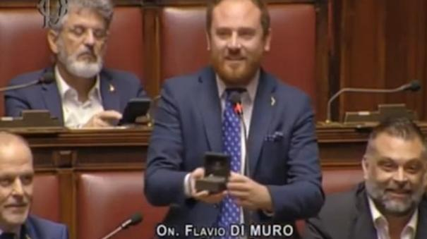 italian-mp-proposes-to-his-girlfriend-in-the-middle-of-a-parliamentary-debate