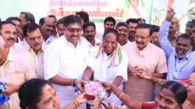 sonia-s-birthday-puduchery-congress-gives-onion-to-women