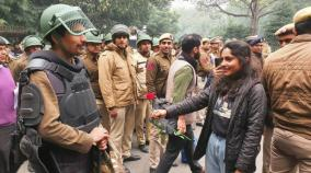 m-a-girl-who-presents-a-rose-to-delhi-policeman-goes-viral