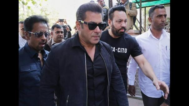 nsui-demands-apology-from-salman-khan-for-phone-snatching-incident