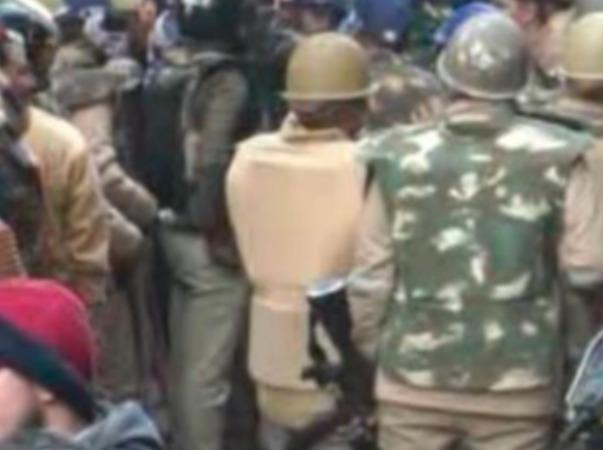 police-tries-to-remove-anti-caa-protesters-from-kanpur-park