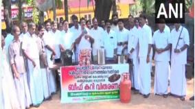 congress-workers-distribute-beef-curry-outside-kerala-police-station