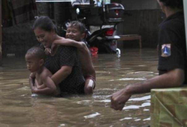 thousands-caught-in-floods-in-indonesia-s-sinking-capital