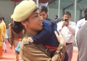woman-cop-carrying-infant-son-at-yogi-adityanath-event-goes-viral