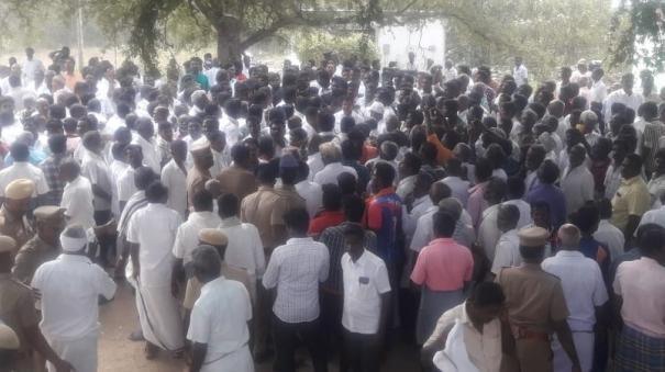 fight-between-aiadmk-dmk-partyment-at-thiruvallur
