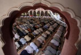 now-female-worshippers-can-pray-at-pakistan-s-famous-sunehri-masjid