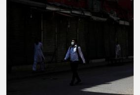 pakistan-s-coronavirus-tally-nears-1000-7-dead
