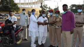police-gives-flower-to-doctors