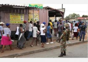 s-african-police-fire-rubber-bullets-at-shoppers-during-lockdown