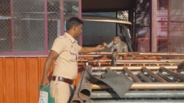 cop-feeds-monkeys-in-palani-temple