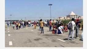 coronavirus-lockdown-as-inter-state-buses-dwindle-migrants-are-stuck-on-yamuna-expressway-with-nowhere-to-go