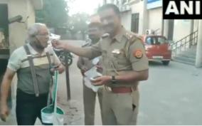 coronaviruslockdown-virul-video-of-police-deliver-sweets-to-83-year-old-rc-kesarwani-who-had-asked-them-for-help