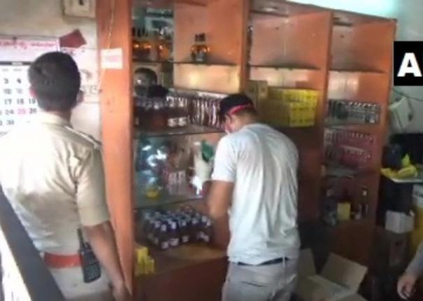 karnataka-liquor-worth-rs-one-lakh-has-been-stolen-from-a-shop