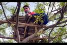 professor-climbs-tree-to-cross-internet-hurdle-to-teach-students-during-lockdown