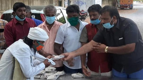 chicken-biryani-distributed-to-poor-and-needy-on-the-streets-in-nellai