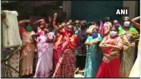 andhra-pradesh-women-in-visakhapatnam-today-held-a-protest-against-the-liquor-shops