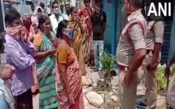 villagers-in-andra-pradesh-s-guntur-protest-against-opening-of-liquor-store