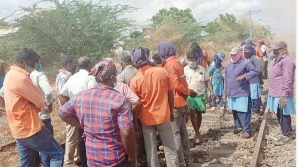 railway-employees-work-under-risking-condition