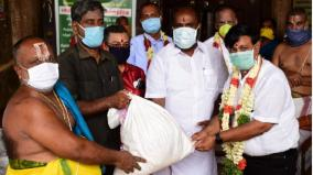 minister-r-b-udayakumar-reaches-out-to-temple-priests