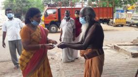 old-man-gives-rs-5000-he-got-as-alms-to-cm-relief-fund