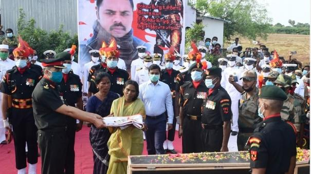 slain-hawildar-palani-s-body-cremated-with-full-respect