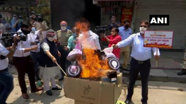 members-of-the-confederation-of-all-india-traders-burn-chinese-goods-in-karol-bagh