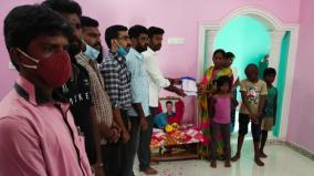 film-producer-gives-rs-5-lakhs-to-wife-of-the-deceased-soldier