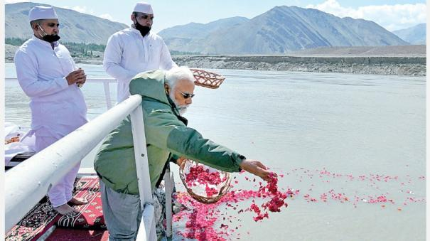 pm-modi-puja-in-sindhu-river