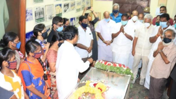 mannarmannan-s-body-buried-at-his-father-bharathidasan-s-memorial