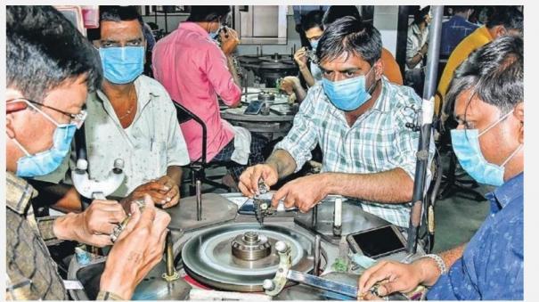 guj-diamond-industry-workers-leaving-surat-in-large-numbers