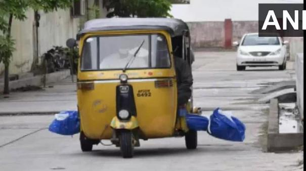 telangana-body-of-covid-19-patient-taken-to-burial-ground-in-auto-rickshaw