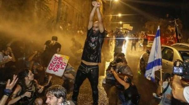 israeli-police-fire-water-cannons-to-disperse-anti-government-protests