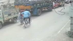 youth-snatches-chain-from-lady-cctv-footage-goes-viral