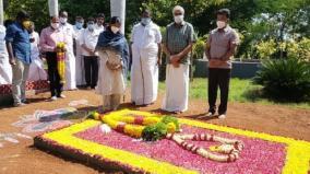 kanimozhi-mp-condoles-death-of-thangam-thenarasu-s-mother