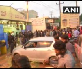1-5-km-long-queue-for-biryani-at-karnataka-eatery