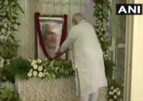 pm-narendra-modi-pays-last-tribute-to-keshubhai-patel
