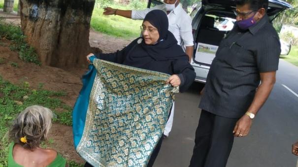 minister-nilofer-kafeel-helps-senior-citizen