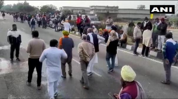 protestors-pelt-stones-at-the-shambhu-border