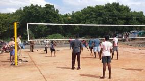 boys-immersed-in-cell-phone-play-police-advised-to-keep-playing-volleyball