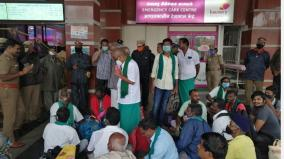 42-farmers-set-off-for-delhi-arrested-at-trichy-junction-railway-station
