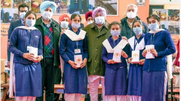 punjab-distributes-1-3-lakh-smartphones-to-class-12-students