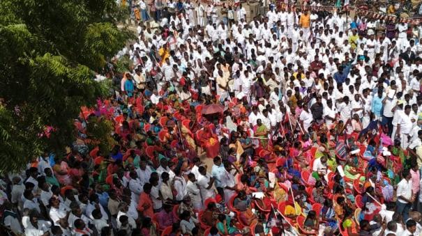 aiadmk-protest-on-main-road-during-pongal