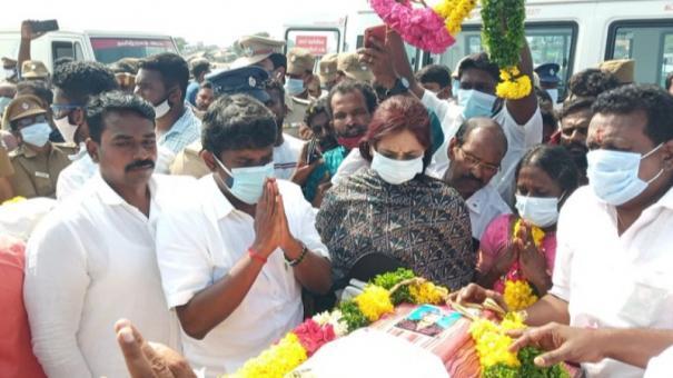 minister-vijayabhaskar-pays-homage-to-the-fishermen-bodies
