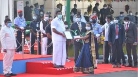 the-chief-minister-presented-the-anna-medal-for-heroic-deeds-to-the-teacher-mullai-who-saved-26-children